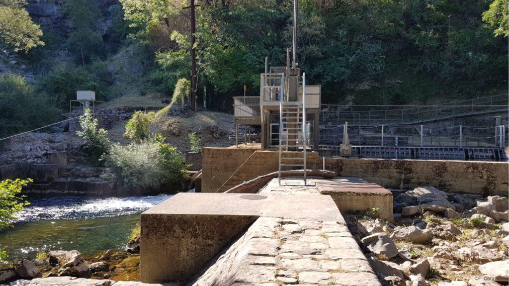 Barrage sur la Vis, jusqu'à 90% du débit de la rivière sont détournée du lit sur plusieurs kilomètres pour produire de l'électricité. Cet ouvrage est dépourvu de dispositif de franchissement pour les poissons.
